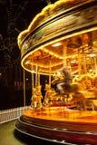 Um carrossel provisório iluminado para o Natal na noite Foto de Stock