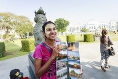 Um cartão da venda da mulher da minoria étnica em um parque center em Yangon fotos de stock royalty free
