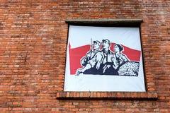 Um cartaz chinês dos anos 60 no tijolo vermelho Imagens de Stock Royalty Free