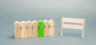 Um cartaz com caçar cabeças da palavra e multidão de povos O conceito dos povos de aluguer a trabalhar Recrutamento do pessoal Bu fotografia de stock