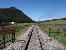 Um carvão histórico alimentou o trem de passageiros que wending sua maneira através de uma passagem de montanha filme