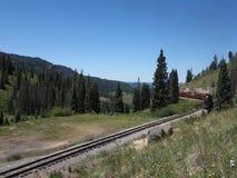 Um carvão histórico alimentou o trem de passageiros que wending sua maneira através de uma passagem de montanha vídeos de arquivo