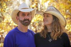 Um casal com Autumn Leaves Behind Fotografia de Stock Royalty Free