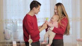 Um casal com um bebê recém-nascido em casa filme