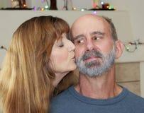 Um casal com luzes de Natal atrás Imagens de Stock