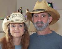 Um casal com luzes de Natal atrás Fotografia de Stock Royalty Free