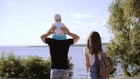 Um casal com uma criança vai ao rio filme