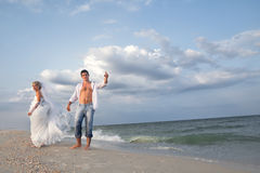 Um casal que anda na praia Foto de Stock Royalty Free
