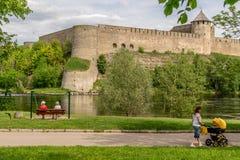 Um castelo antigo em um dia ensolarado imagens de stock royalty free
