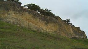Um castelo em um monte e na paisagem video estoque