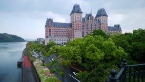 Um castelo na cidade imagens de stock royalty free