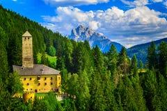 Um castelo nas dolomites fotos de stock royalty free