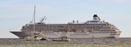 Um catamarã e Crystal Symphony Cruise pacíficos da fundação da baleia Imagens de Stock Royalty Free