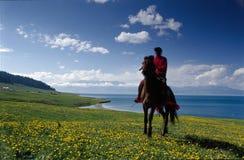 Um cavaleiro além do lago Imagem de Stock Royalty Free