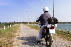 Um cavaleiro da bicicleta da sujeira pronto para ir fotografia de stock
