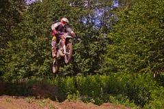 Um cavaleiro da bicicleta do esporte salta o trampolim Fotos de Stock Royalty Free