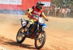 Um cavaleiro do motocross que apressa-se em uma volta Imagem de Stock Royalty Free