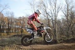 Um cavaleiro do salto em um motocross da motocicleta imagem de stock