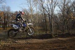 Um cavaleiro do salto em um motocross da motocicleta fotografia de stock