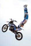 Um cavaleiro profissional na competição de FMX (motocross do estilo livre) Foto de Stock
