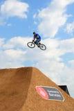 Um cavaleiro profissional na competição de MTB (montanha que Biking) Fotos de Stock