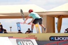Um cavaleiro profissional na competição de Pak do 'trotinette' no Central Park em jogos extremos de Barcelona dos esportes de LKX Imagem de Stock