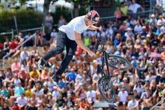 Um cavaleiro profissional na competição do Flatland de BMX (motocross da bicicleta) Fotos de Stock Royalty Free