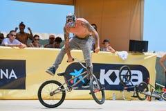 Um cavaleiro profissional na competição do Flatland de BMX (motocross da bicicleta) Imagem de Stock Royalty Free