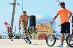 Um cavaleiro profissional na competição do Flatland de BMX (motocross da bicicleta) em jogos extremos de Barcelona dos esportes d Imagens de Stock