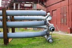 Um cavalete tranquilo do grande metal do ferro com tubulações e fios e equipamento bondes na refinaria industrial da refinaria pe foto de stock royalty free