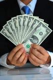 Um cavalheiro que prende um grupo de Estados Unidos $2 faz Fotografia de Stock Royalty Free