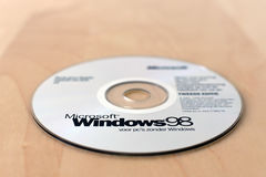 Um CD original de Windows 98 na tabela Foto de Stock