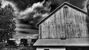 Um celeiro tradicional de Amish e carrinhos estabelecidos em Ohio, EUA fotografia de stock royalty free
