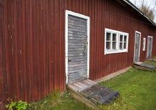 Um celeiro velho com as paredes de madeira vermelhas Fotos de Stock