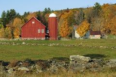 Um celeiro vermelho pitoresco com silo em Vermont, EUA imagem de stock royalty free