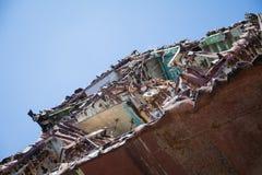 Um cemitério dos navios, uma embarcação oxidada velha cortou às partes foto de stock royalty free