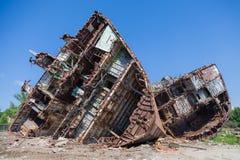 Um cemitério dos navios, uma embarcação oxidada velha cortou às partes imagens de stock royalty free