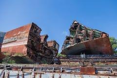 Um cemitério dos navios, uma embarcação oxidada velha cortou às partes foto de stock