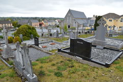 Um cemitério em uma cidade pequena na Irlanda foto de stock royalty free