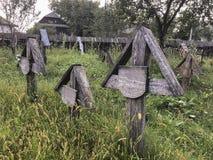 Um cemitério velho em Romênia foto de stock