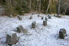 Um cemitério velho em um dia de inverno Alguma neve na terra Fotos de Stock Royalty Free