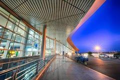 Um cenário fora de um aeroporto na noite fotos de stock royalty free