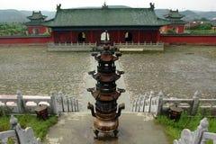 Um censer na frente de um templo na montanha de Wudang Fotos de Stock Royalty Free