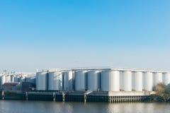 Um central de petróleo para armazenar o petróleo cru e a gasolina Fotografia de Stock Royalty Free