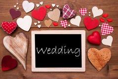 Um Chalkbord, muitos corações vermelhos, casamento imagens de stock