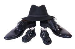 Um chapéu, crianças e sapatas dos homens imagens de stock royalty free