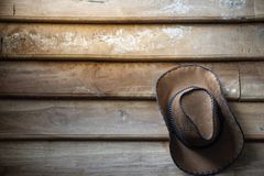 Um chapéu de vaqueiro pendura na parede de madeira do grunge fotos de stock