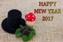 Um chapéu do cilindro, um cogumelo da mosca e trevo afortunado Imagens de Stock Royalty Free