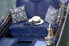 Um chapéu dos Gondoliers senta-se em uma gôndola decorada intricatley, Venic Imagens de Stock Royalty Free