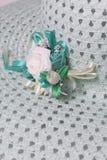 Um chapéu fêmea largo-brimmed é leve - esverdeie, com uma casa de botão Flores artificiais sob a forma das rosas Imagens de Stock Royalty Free